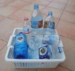 Korb mit Plastikflaschen