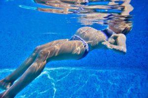 Femme enceinte dans une piscine.