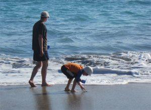 Strandspaziergang bekleidet