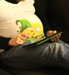 Schwangere mit Laptop