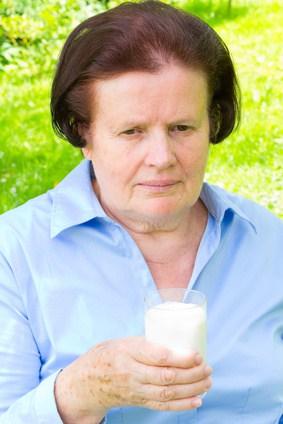 Seniorin trinkt Milch © rainbow33-fotolia