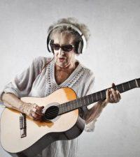Großmutter als Rockstar ©-olly-fotolia